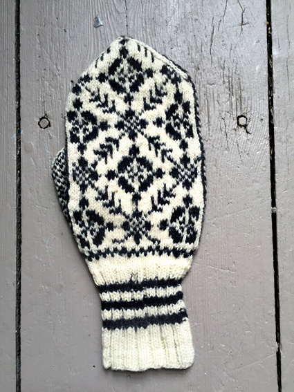 Pattern for breast cancer symbol mittens that interfere