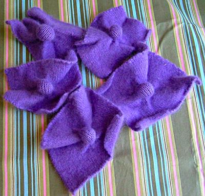 Интересные, необычные цветы из старого свитера.